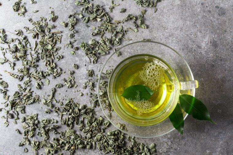 كوب من الشاي الأخضر. عرض أعلى