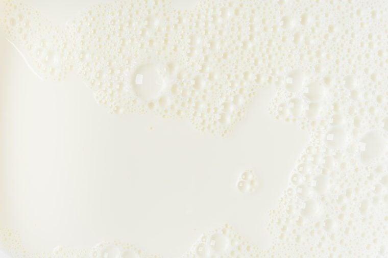 حليب أبيض أو رغوة خلفية فقاعة الصويا على عرض أعلى عن قرب