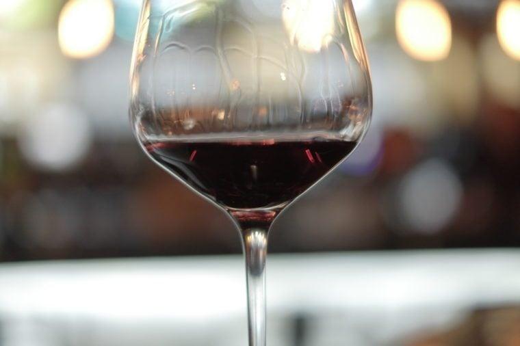 ساق الخمر الأحمر، إلى داخل، أداة تعريف إنجليزية غير معروفة، زجاج