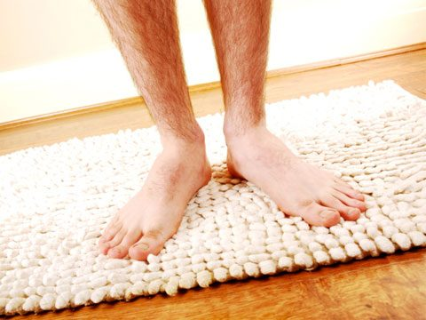 cleaning tips, bathroom mat feet