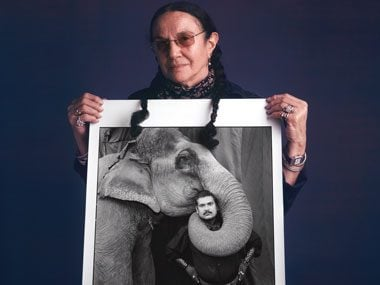 Photographer Mary Ellen Mark with her photo of Ram Prakash Singh and Shyama