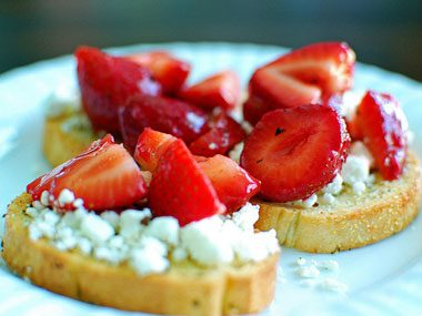 foodie things to try before summer ends, strawberry bruschetta