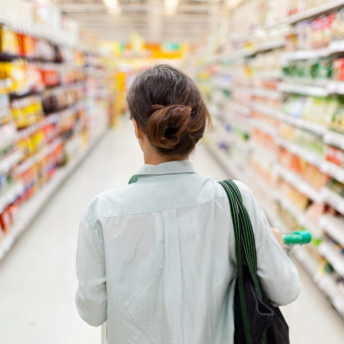 14 Things Nutritionists Always Do At the Grocery Store (That You Might Not)