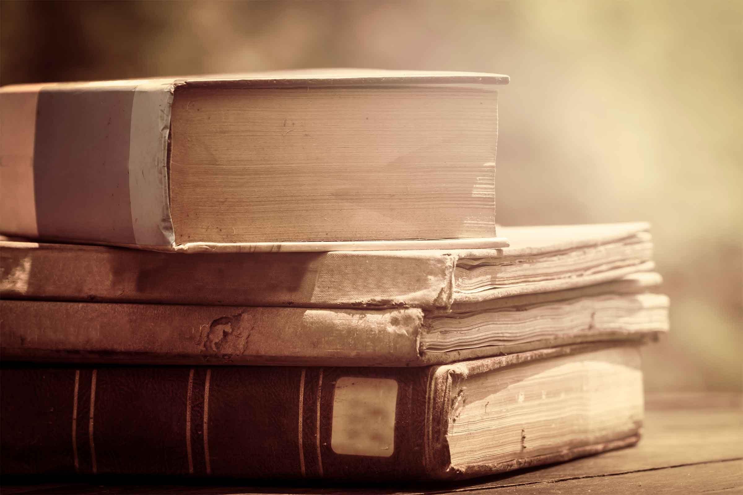 How to Decorate a Bookshelf 8 Expert Tricks