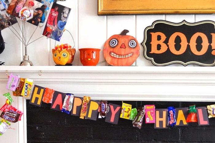 05-kids-halloween-crafts-candy-garland