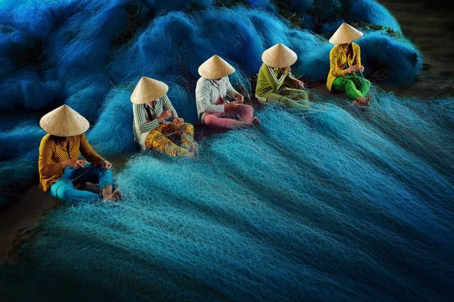 can_guess_what_vietnamese_workers_doing_photo