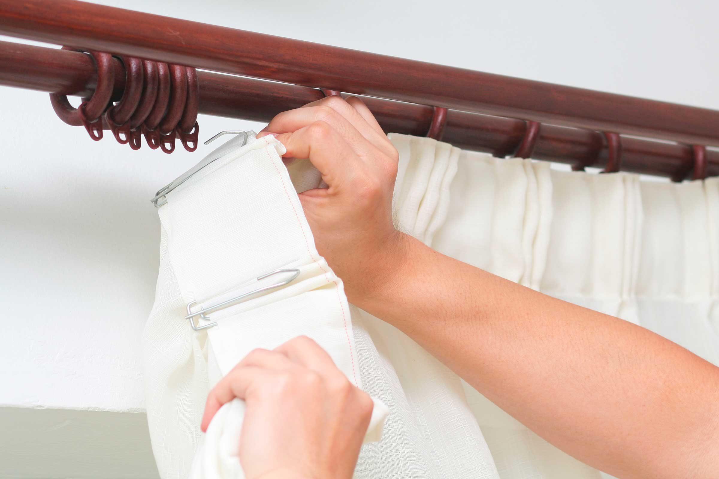 Как своими руками установить деревянные потолочные карнизы.