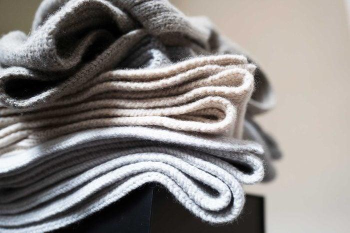07_ways_make_bed_ten-times_cozier_blankets_throws_KM6064