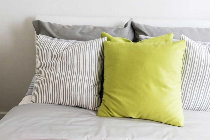 08_ways_make_bed_ten-times_cozier_throw_pillows_Kwanchai_Khammuean