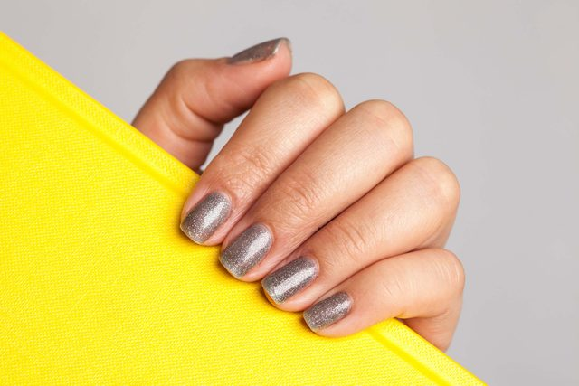 02-nail-subtle-ways-sparkle-new-years-outfit