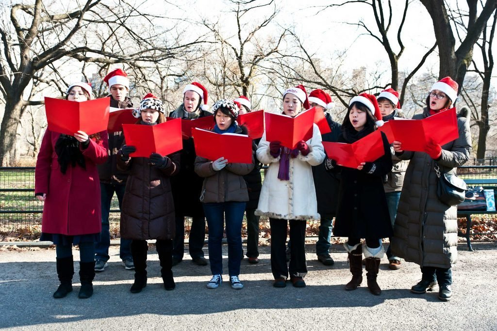 christmas_tradiotions_steal_around_world_reward_carolers