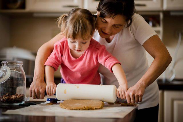 07-rolling-christmas-cookie-baking-hacks