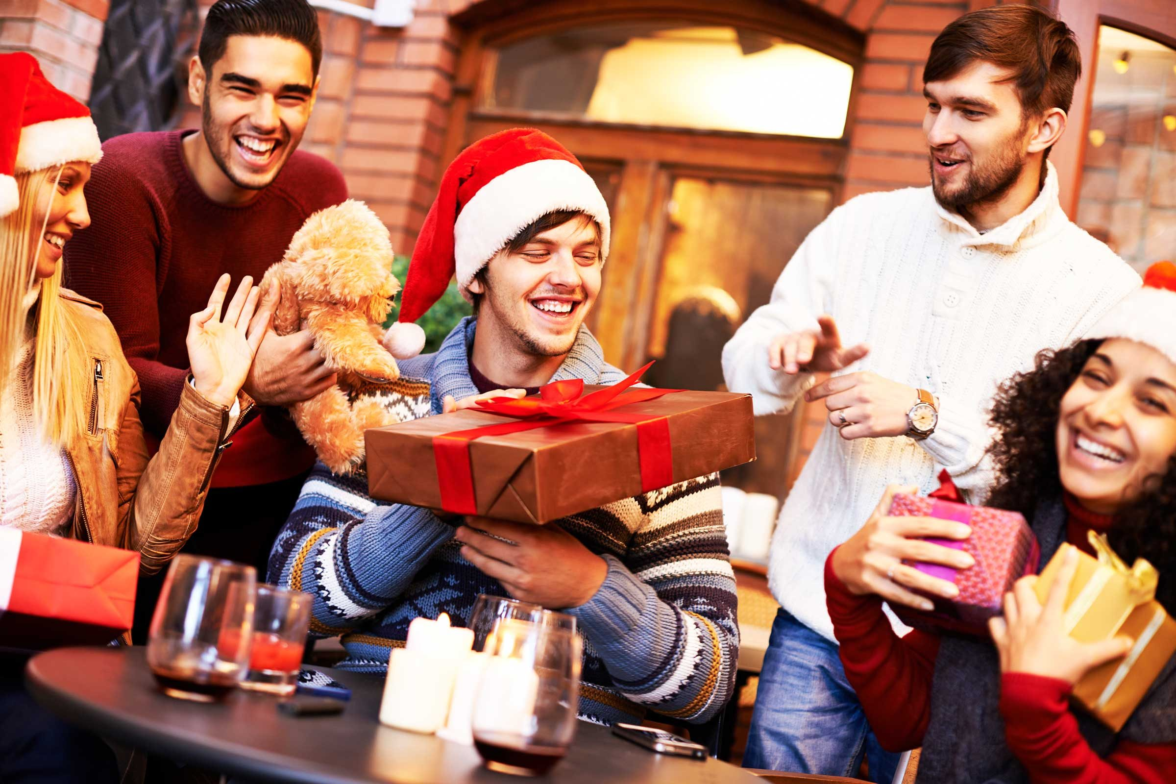 Christmas Gift Giving Images.Gift Giving Etiquette For The Holidays Reader S Digest