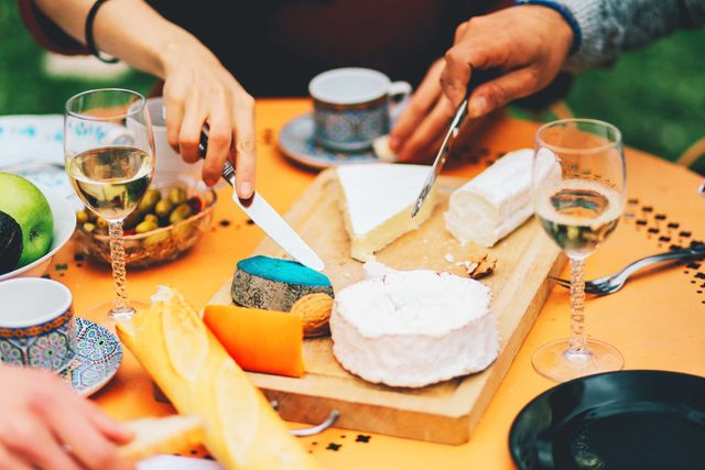 your_ultimate_guide_throwing_succesfuly_wine_cheese_party_look_contrast