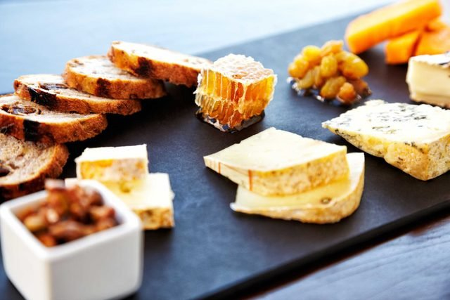 your_ultimate_guide_throwing_succesfuly_wine_cheese_party_bread_fresh