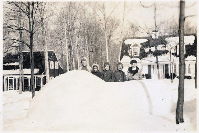 01-my-dad-built-an-incredible-igloo-that-the-whole-neighborhood-enjoyed