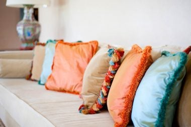 06_Pillows_Entertaning_Tips_small_homes
