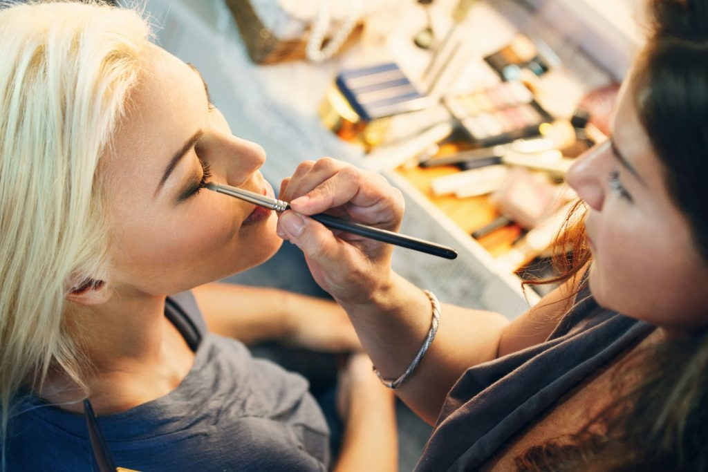 09-Craziest-Things-Hairdressers-and-Manicurists-Have-Seen-relaxing