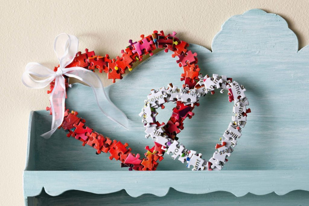 Diy Valentine S Day Wreath Out Of Old Puzzle Pieces