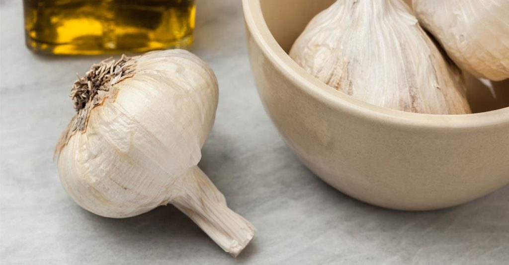 01_Garlic_You_Can_peel_a_whole_head_of_garlic_in_seconds