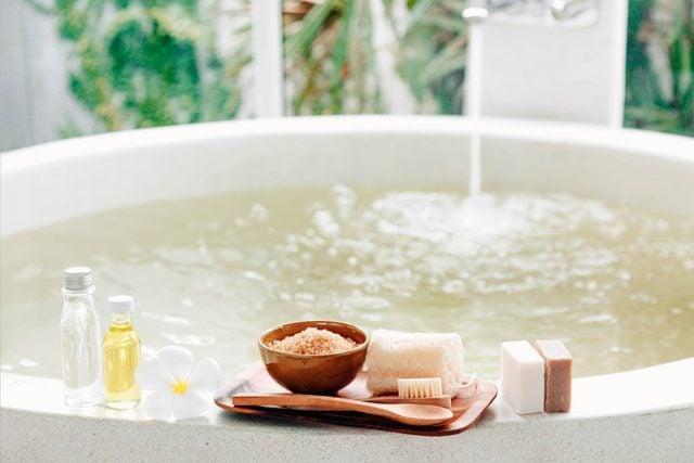 Reasons-You-Need-to-Start-Taking-Apple-Cider-Vinegar-Baths