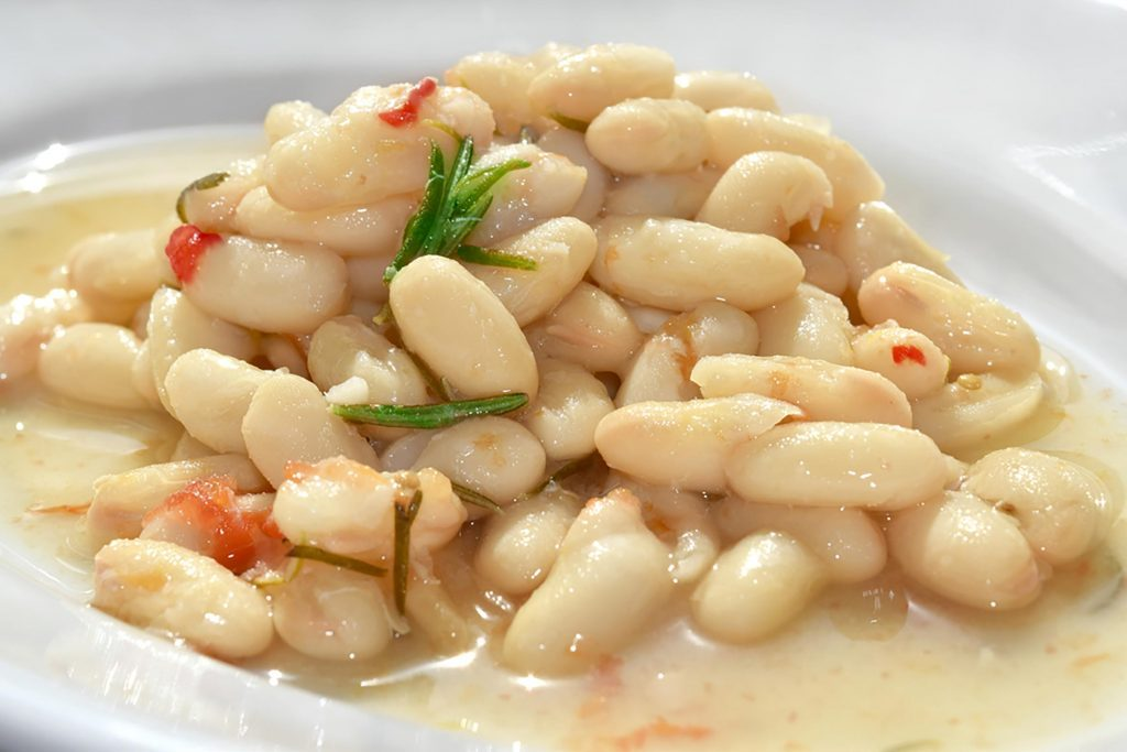 cooked cannellini beans with spices
