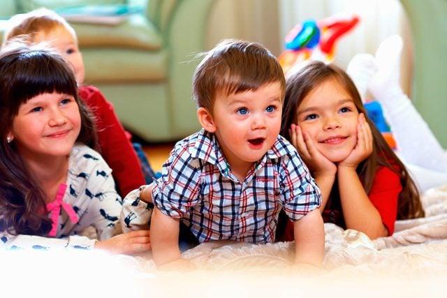 08-peer-brilliant-ways-babies-smarter-117790237-Olesia-Bilkei