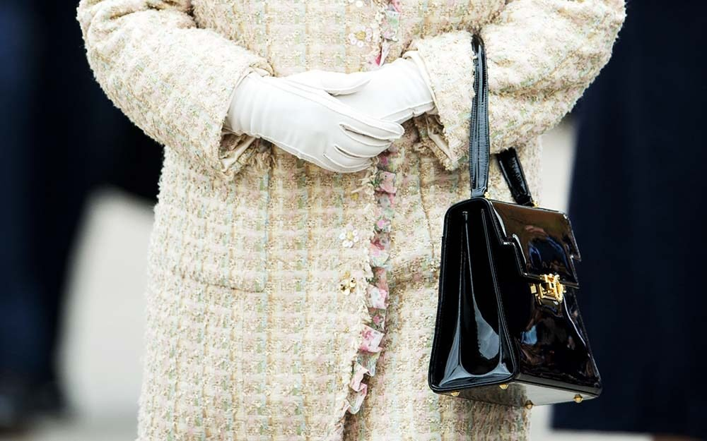 Queen-Elizabeth-Carries-a-Purse