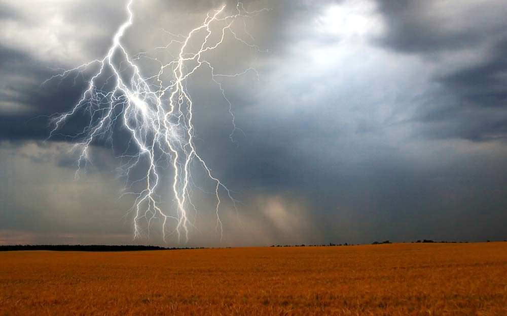 Lightening Safety How To Stay Safe And Dry Reader S Digest