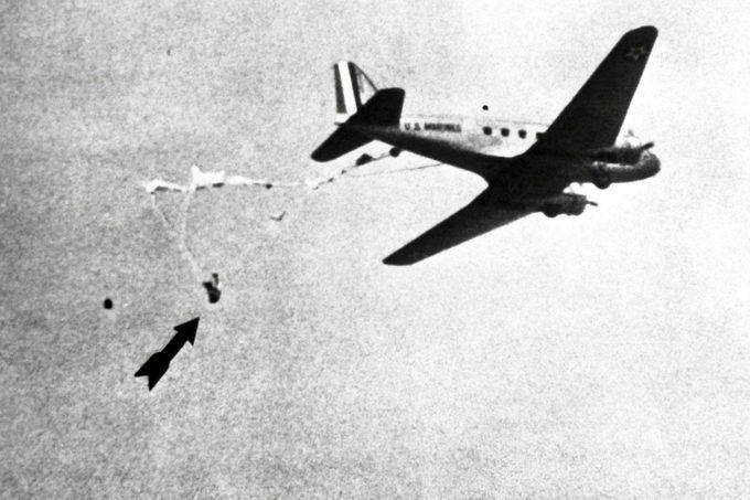 parachute an plane