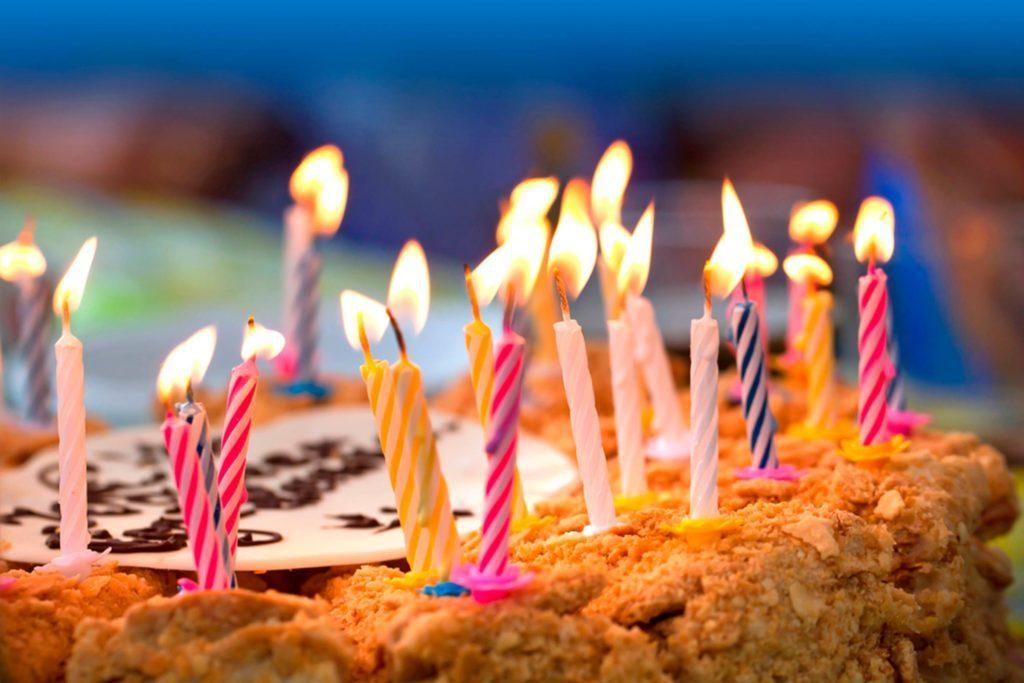 02-celebrate-Super-Savvy-Ways-to-Save-Money-at-Restaurants_108381335-Evannovostro