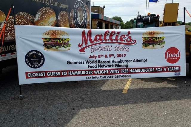 04-The-Biggest-Burger-in-the-World-Is-1,774-Pounds-and-Ready-for-You-to-Order-at-This-Restaurant-Mallies-Sports-Grill-and-Bar