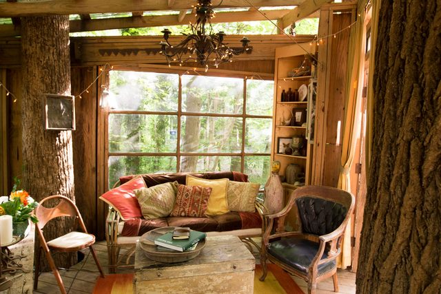04-step-inside-the-tree-house-thats-the-most-popular-listing-on-airbnb