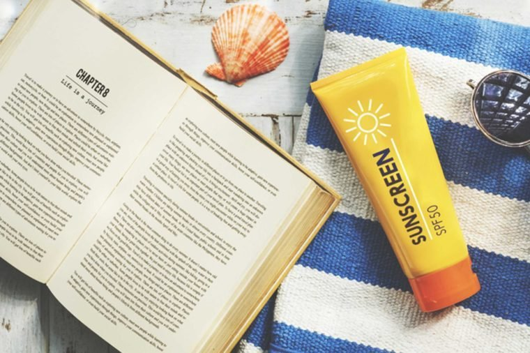 02-apply-sunscreen-Things-You-Must-Never-Ever-Do-to-Your-Skin,-According-to-Dermatologists_479934409-Rawpixel.com