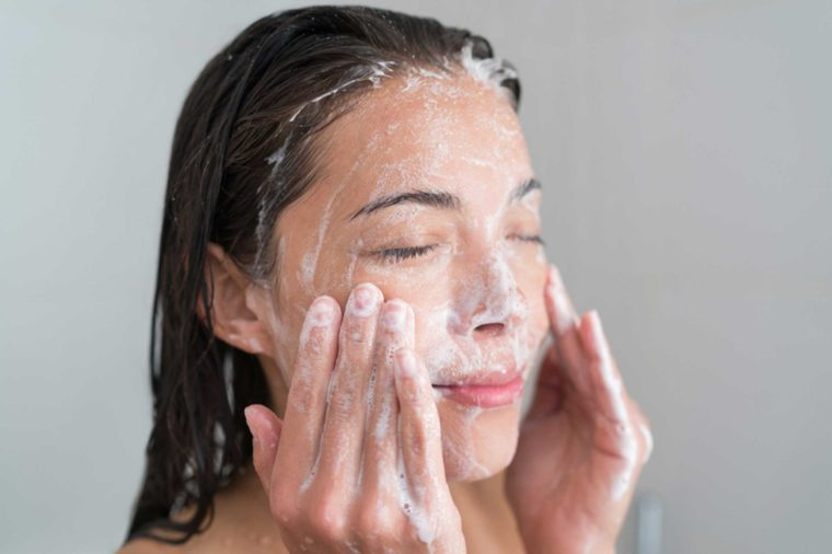 10-soap-Things-You-Must-Never-Ever-Do-to-Your-Skin,-According-to-Dermatologists_428920975-Maridav