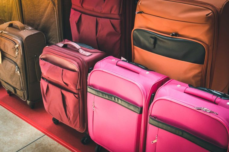 15 Things Smart Travelers Never Buy at the Airport_632564885