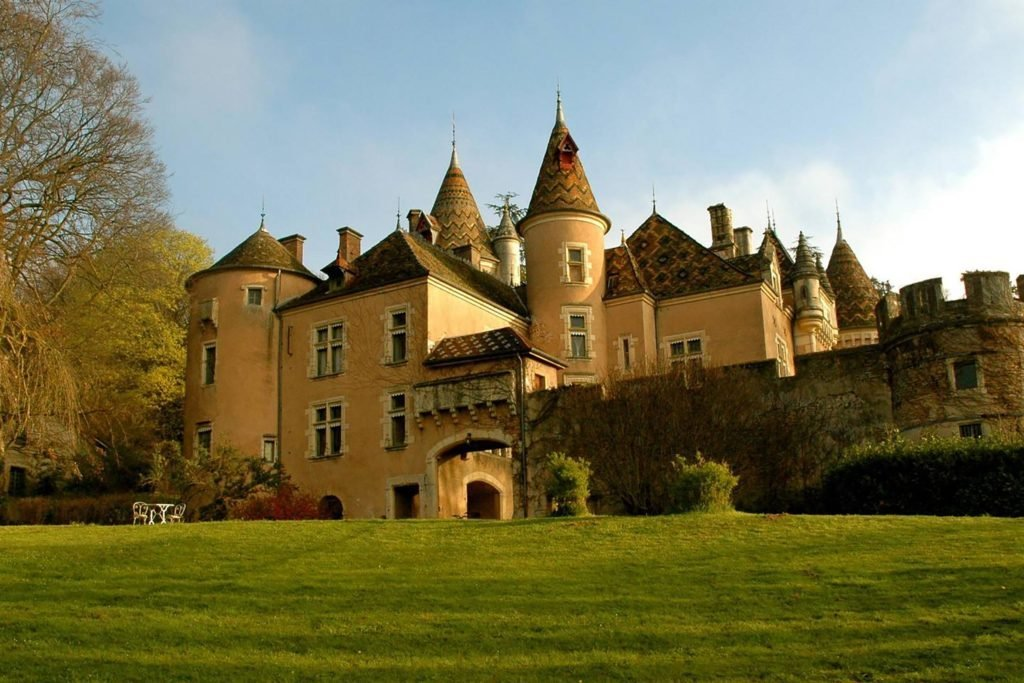 Airbnb castles you can stay in overnight reader 39 s digest for Stay in a haunted castle in scotland