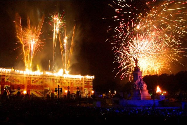 05-fireworks-rarely-seen-buckingham-palace-editorial-2423271a-David-Sandison-The-Independent-REX-Shutterstock