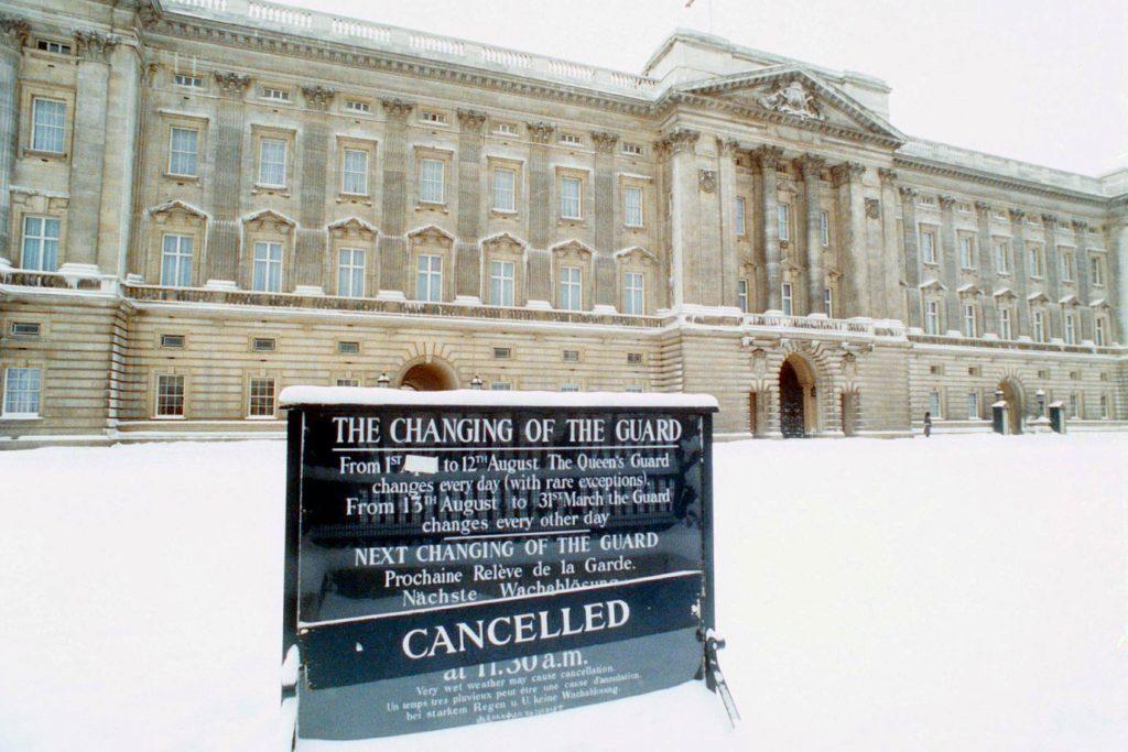 10-snow-rarely-seen-buckingham-palace-editorial-181512b-REX-Shutterstock