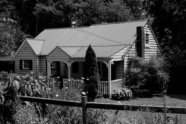 09-Signs-You-Have-A-Haunted-House,-According-to-Paranormal-Experts-3896704-Darryl Brooks
