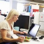 5 Gross Mistakes You're Making If You Always Eat Lunch at Your Desk