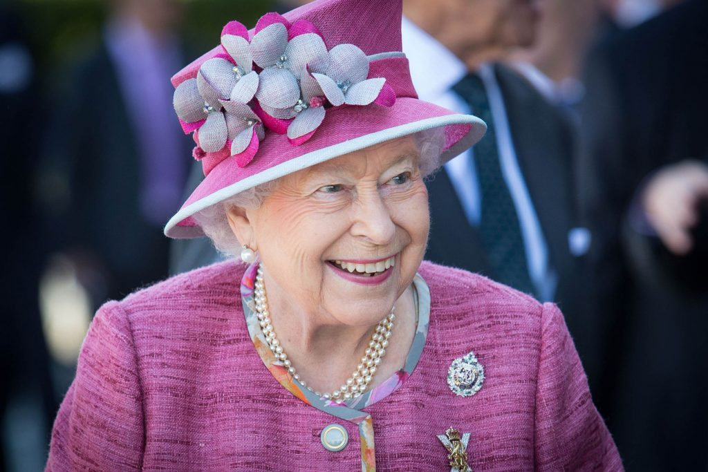 The-Real-Reason-Why-Queen-Elizabeth-Only-Carries-Cash-One-Day-a-Week_8897207m_Ross-McDairmant-PhotographyREX
