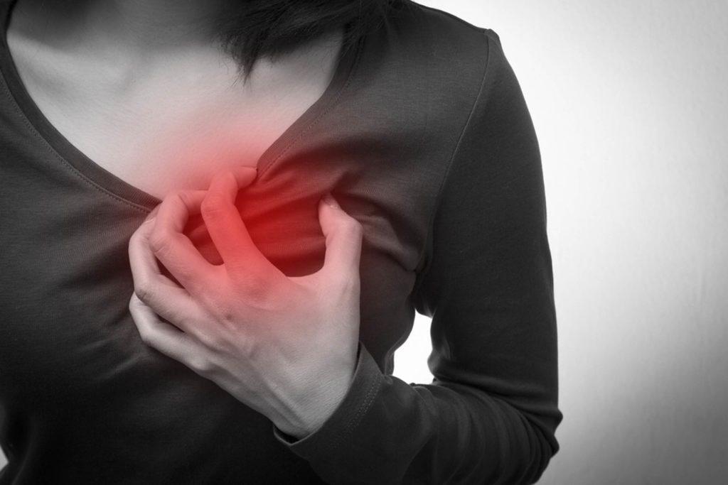 his-Surprising-Symptom-Could-Be-a-Sign-of-a-Heart-Attack-in-Women_257017855_Theerapol-Pongkangsananan