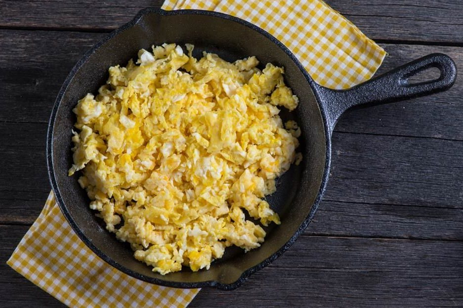 this-is-the-best-way-to-make-fluffy-scrambled-eggs-257986229-marcin-jucha-ft