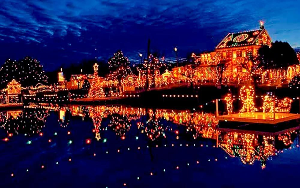 best small towns for christmas lights readers digest - Small Town Christmas