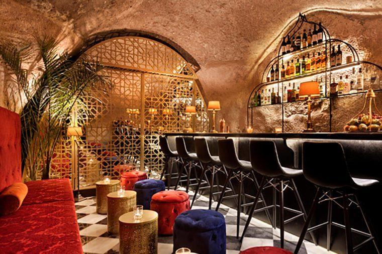 Cave-bar