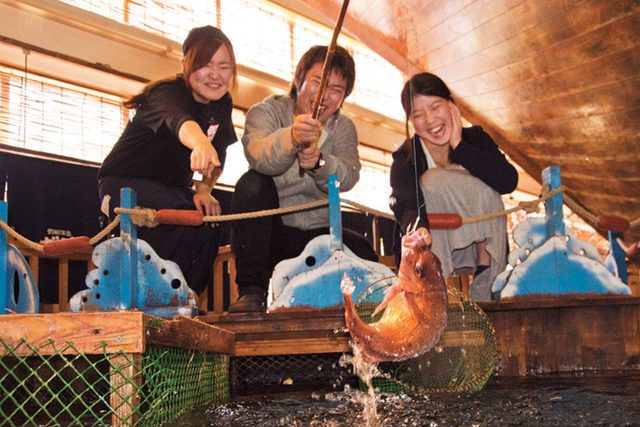 03-This-Japanese-Restaurant-Lets-Guests-Fish-for-Their-Own-Dinner-Courtesy-Zauo