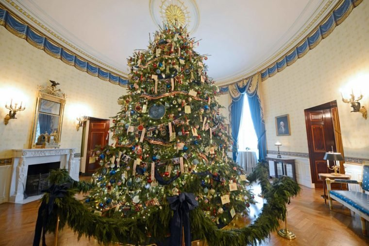 it takes 25 people to decorate the tree white house christmas