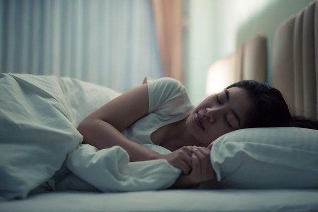 Eat-This-One-Thing-At-Night-to-Sleep-Better,-Science-Says_622622123_GP-Studio