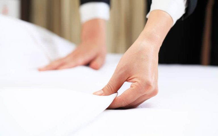 This-Is-the-Real-Reason-Why-Hotels-Use-White-Bedsheets_327603341_Joey-Chung-ft